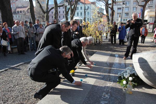 Svetlo Sviečkovej  manifestácie  spred  dvadsiatichštyroch rokov nezhasína