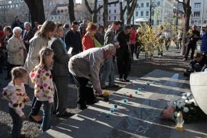 Pri pamätníku Sviečkovej manifestácie (2012)