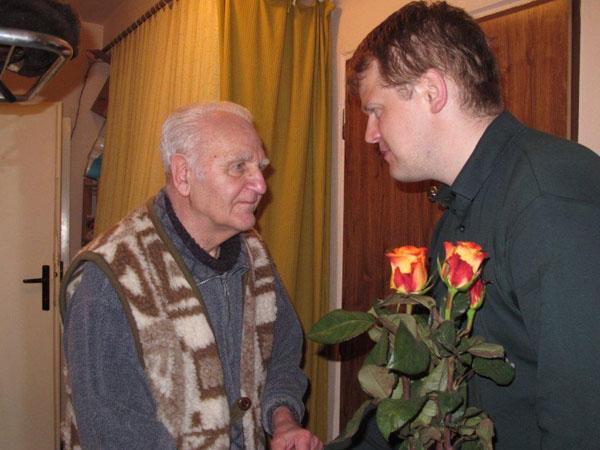 Vladimír Jukl prijíma gratulácie k 78 narodeninám od Františka Neupauera