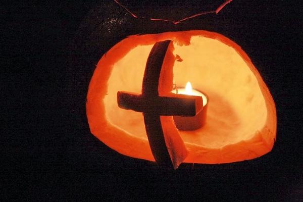 Kresťania oslavujú svätých a nie kostry, strigy, strašidelné tekvice